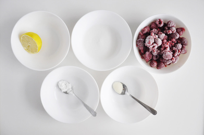 tarta kokosowo - czekoladowa, przygotowanie frużeliny malinowej, składniki: maliny, cukier, żelatyna, sok z cytryny, skrobia ziemniaczana