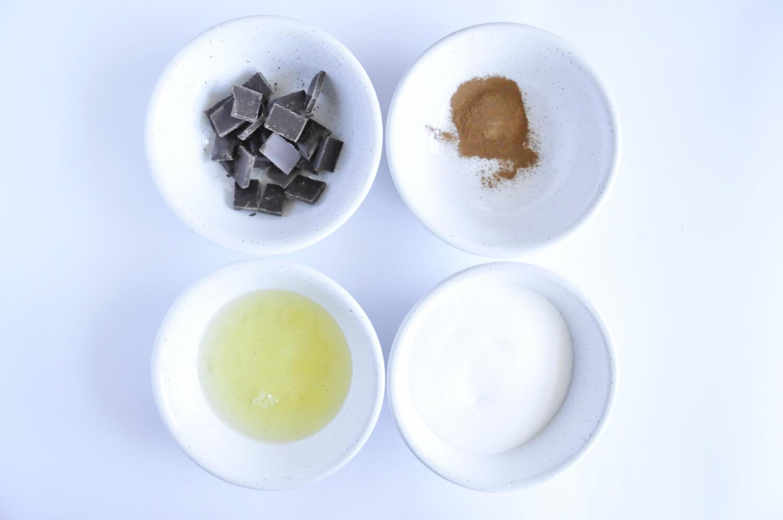 jesienny eton mess, składniki potrzebne do przygotowania bezy czekoladowo - cynamonowej: czekolada deserowa, cynamon, białka jaj, cukier