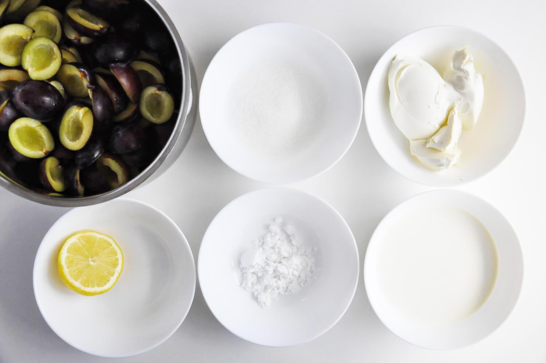 jesienny eton mess, składniki potrzebne do przygotowania kremu śliwkowego: śliwki, cukeir, skrobia ziemniaczana, sok z cytryny, serek mascarpone, śmietana kremówka