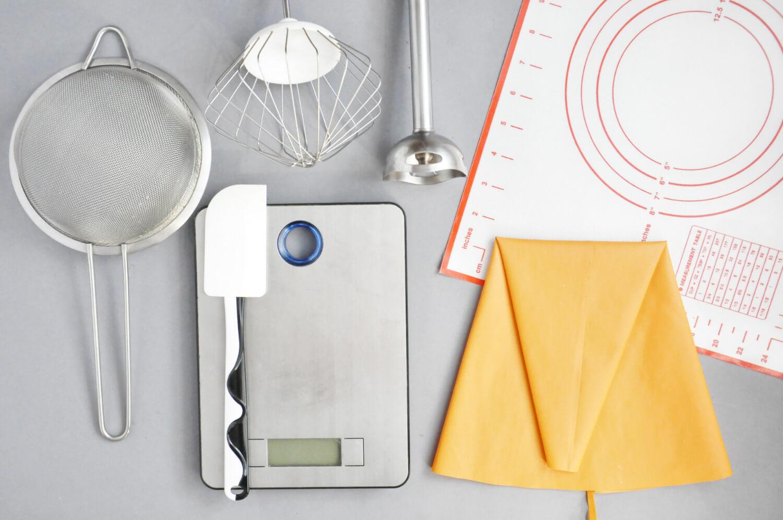 narzędzia potrzebne do przygotowania jesiennego eton mess: sitko, waga kuchenna, mikser, blender, mata silikonowa, silikonowy rękaw cukierniczy