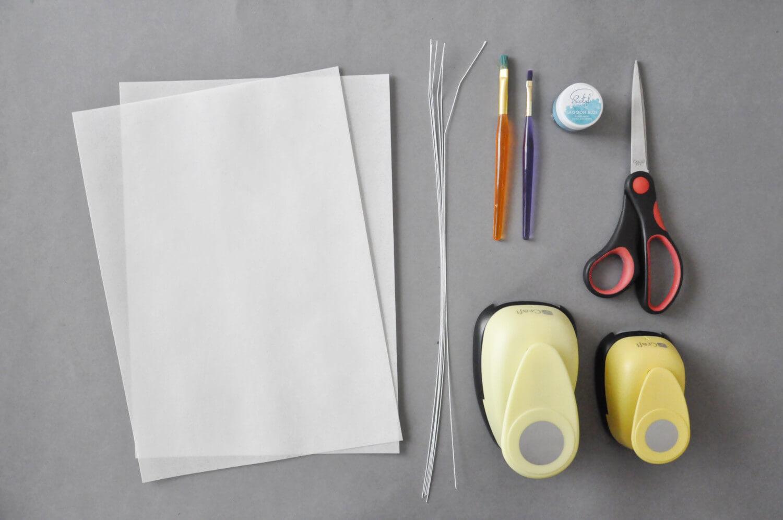 kule z papieru waflowego, potrzebne narzędzia: papier waflowy, druty florystyczne, nożyczki, pędzelki, dziurkacze w kształcie kół, barwnik spożywczy w proszku