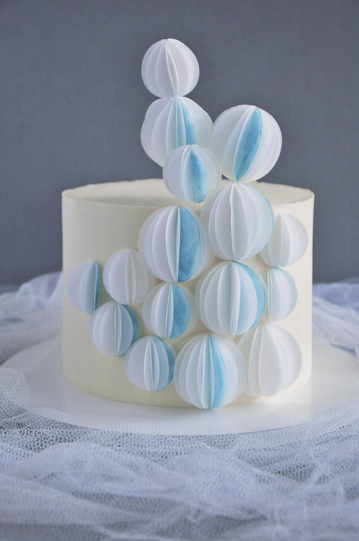 tort z dekoracją z papieru waflowego