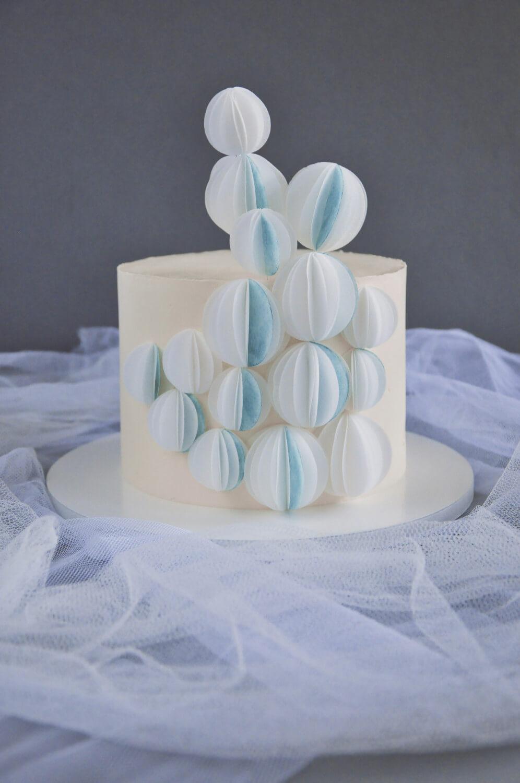 tort dekoracją z papieru waflowego