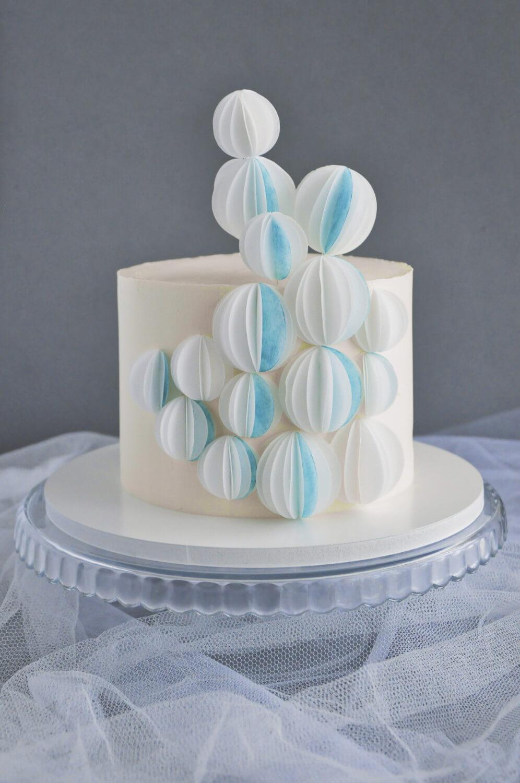 tort z dekoracją z papieru jadalnego