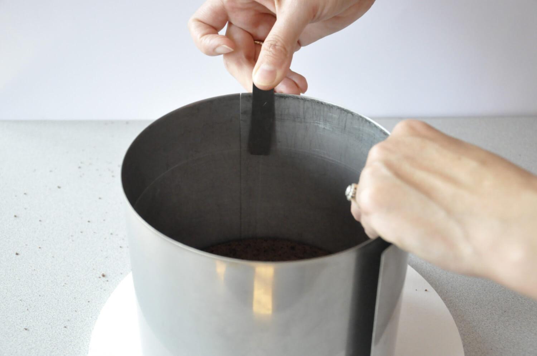 Jak złożyć idealnie prosty tort? Składanie tortu krok po kroku. tutorial, umieszczanie folii rantowej w rancie cukierniczym