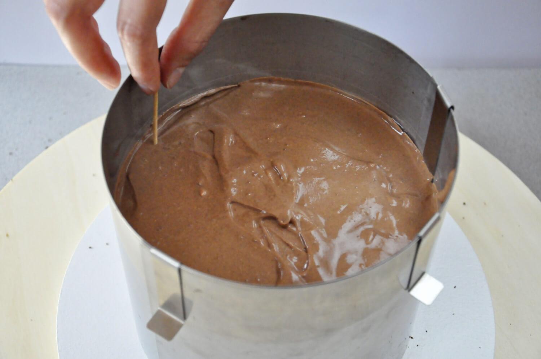 Jak złożyć idealnie prosty tort? Składanie tortu krok po kroku. tutorial, przekładanie tortu kremem czekoladowym, rant cukierniczy, folia rantowa, sprawdzanie wysokości warstwy kremu