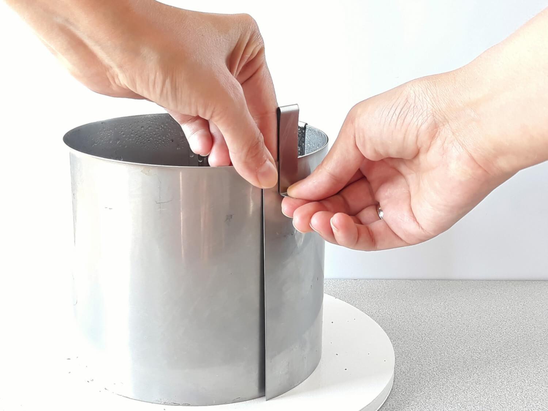 Jak złożyć idealnie prosty tort? Składanie tortu krok po kroku. tutorial, zdejmowanie rantu ze złożonego tortu