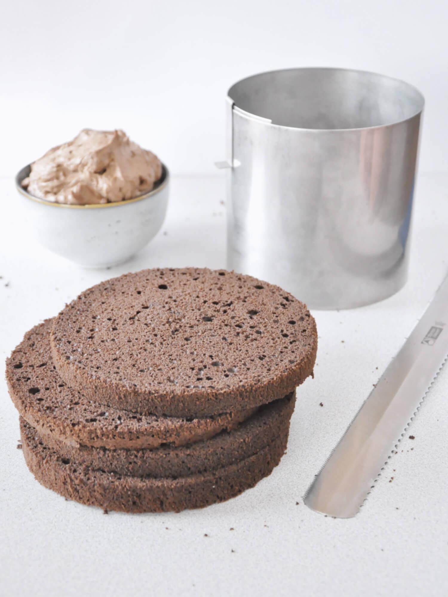 Jak złożyć idealnie prosty tort? Składanie tortu krok po kroku. tutorial, pokrojony biszkopt, nóż, rant cukierniczy, miska z kremem