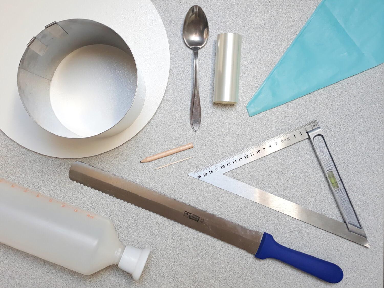 Jak złożyć idealnie prosty tort? Składanie tortu krok po kroku. tutorial, potrzebne narzędzia, nóż, rant cukierniczy, rękaw cukierniczy, łyżka, folia rantowa, wykałaczka, linijka, ołówek, podkład pod tort, butelka do nasączania