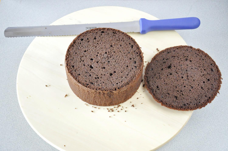 Jak złożyć idealnie prosty tort? Składanie tortu krok po kroku. tutorial, krojenie biszkoptu na równe blaty, nóż, biszkopt, patera obrotowa