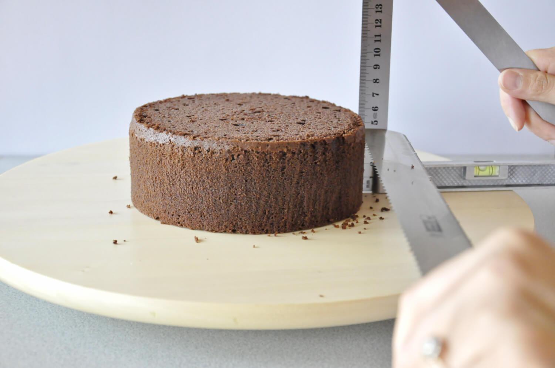 Jak złożyć idealnie prosty tort? Składanie tortu krok po kroku. tutorial, krojenie biszkoptu na równe blaty, nóż, linijka, biszkopt, patera obrotowa