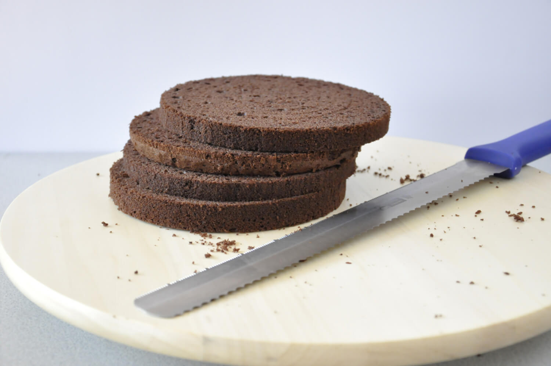 Jak złożyć idealnie prosty tort? Składanie tortu krok po kroku. tutorial, biszkopt pokrojony na równe blaty, nóż, patera obrotowa