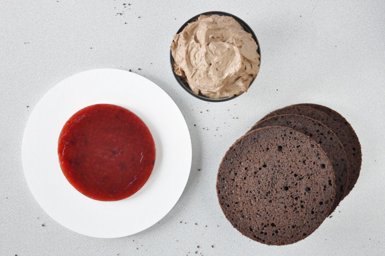 Jak złożyć idealnie prosty tort? Składanie tortu krok po kroku. tutorial, biszkopt pokrojony na równe blaty, krem czekoladowy, żelka śliwkowa