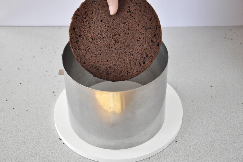 Jak złożyć idealnie prosty tort? Składanie tortu krok po kroku. tutorial, umieszaczanie biszkoptu w rancie cukierniczym
