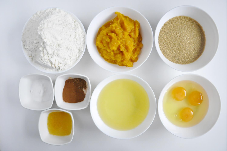 Składniki potrzebne do przygotowania ciasta dyniowego: mąka pszenna, puree z dyni, cukier trzcinowy, jajka, olej, cynamon, przyprawa korzenna, soda oczyszczona