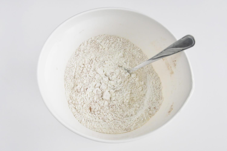 Przygotowanie ciasta dyniowego. Maka, cynamon, soda, przyprawa korzenna.