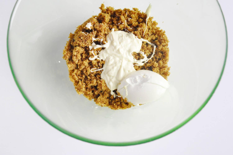 Dyniowe cake popsy. Mieszanie składników: babka dyniowa, mascarpone i roztopiona czekolada.