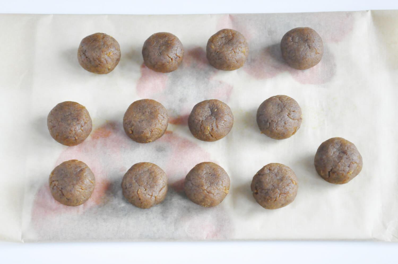 Dyniowe cake pops - formowanie.