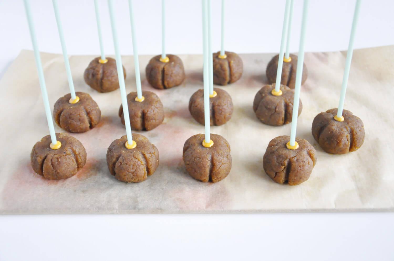 Dyniowe cake pops - wbijanie patyczków, zanurzonych wcześniej w czekoladzie.