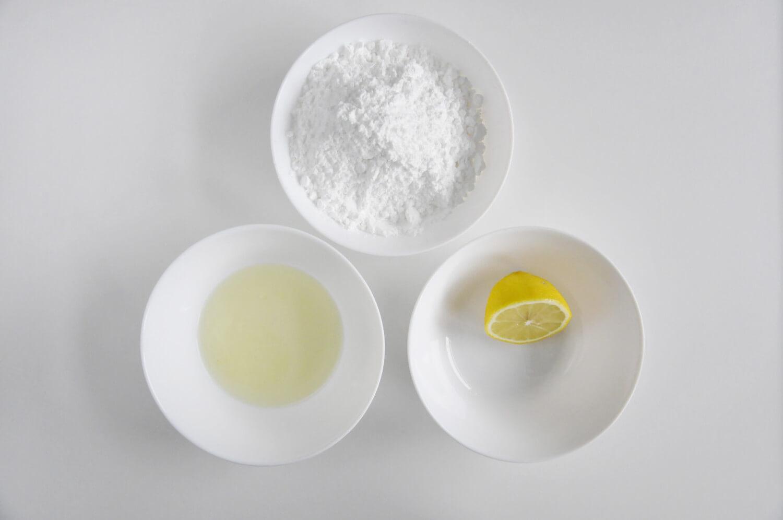 Przygotowanie lukru królewskiego. Składniki: białko, cukeir puder, sok z cytryny, zielony barwnik spożywczy.