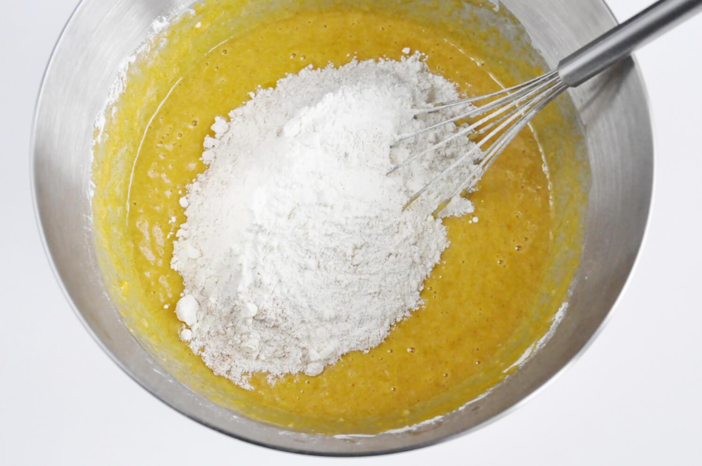 Przygotowanie ciasta dyniowego. Mieszanie składników mokrych z suchymi.
