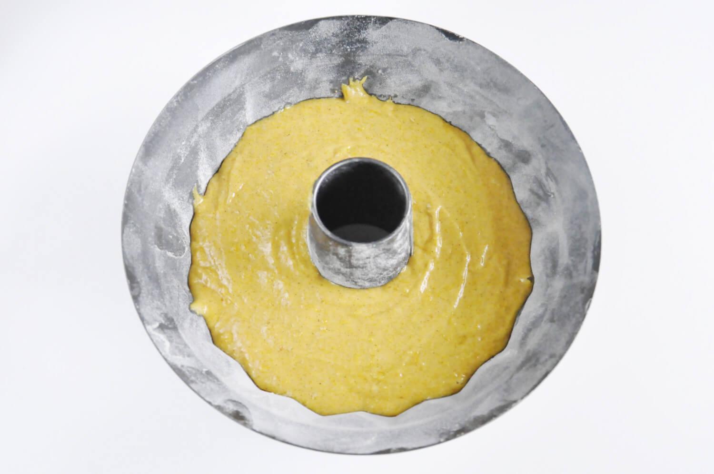 Pieczenie ciasta dyniowego w okragłej formie.