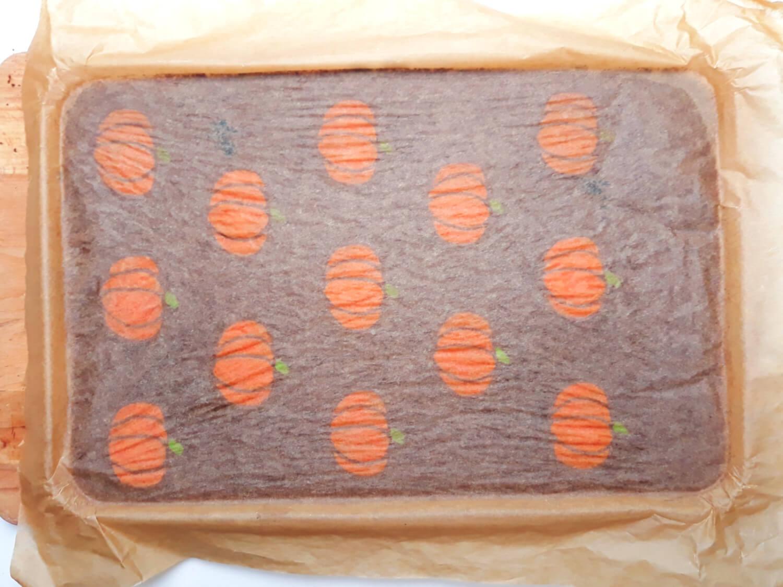 gotowe ciasto ze wzorem na roladę, Korzenna rolada dyniowa ze wzorem - deser na Halloween
