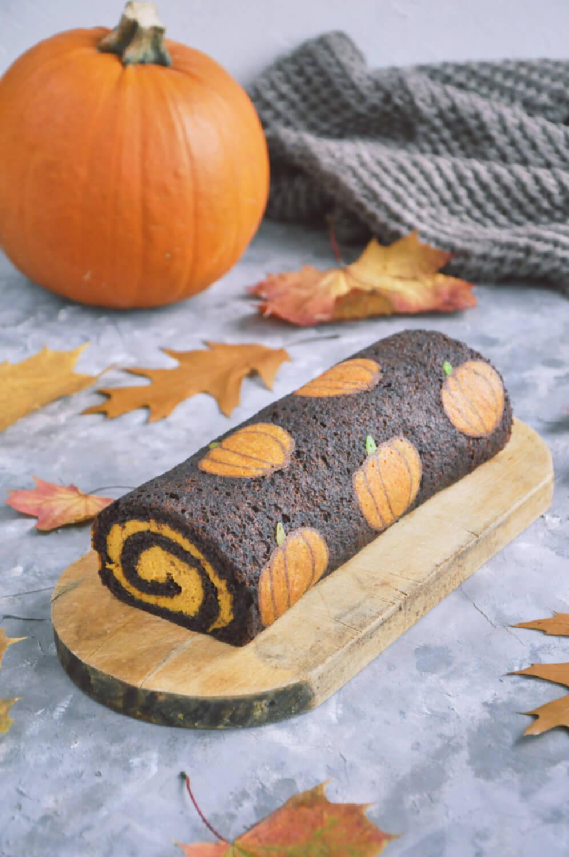 Korzenna rolada dyniowa ze wzorem - jesienny deser na Halloween