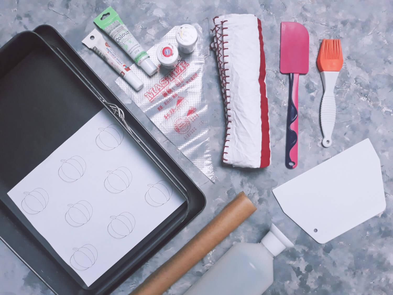 Korzenna rolada dyniowa ze wzorem - jesienny deser na Halloween, potrzebne narzędzia, pędzelek silikonowy, szpatułka silikonowa, skrobka, butelka do nasączenia, papier do pieczenia, ręcznik kuchenny, barwniki spożywcze, forma do pieczenia, szablon z dyniami, rękawy cukiernicze jednorazowe