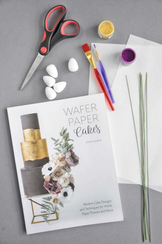 """książka Stevi Auble """"Wafer Paper Cakes"""", papier waflowy, druty florystyczne, nożyczki, pędzelki, barwniki pyłkowe"""