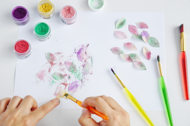 malowanie listków z papieru waflowego barwnikami pyłkowymi