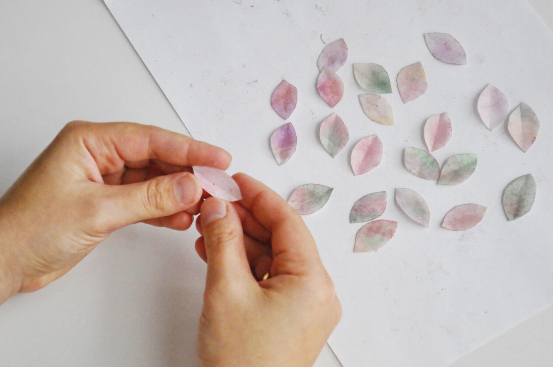 nadawanie kształtu listkom z papieru waflowego