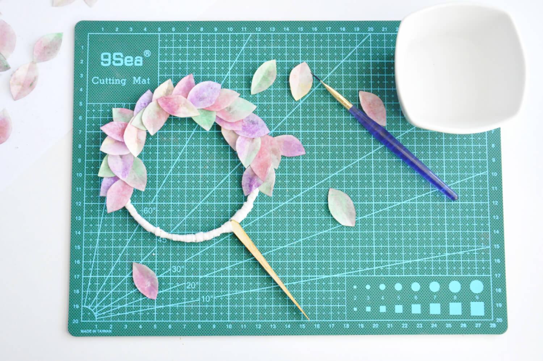 przyklejanie kolorowych listków z papieru waflowego do obręczy