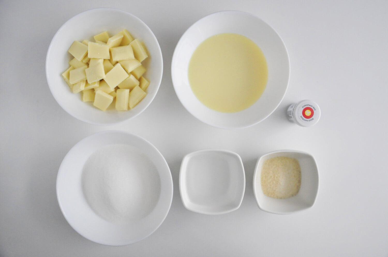 Polewa lustrzana - potrzebne składniki: biała czekolada, słodzone mleko skondensowane, cukier, żelatyna, woda, barwnik w żelu Wilton Christmas Red