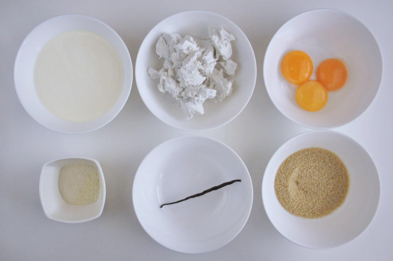 przygotowanie kremu bawraskiego - potrzebne składniki: żółtka jaj, śmietanka kokosowa, cukier trzcinowy, laska wanilii, żelatyna, śmietana kremówka