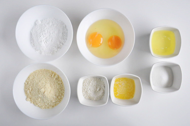 Biszkopt Jaconde - potrzebne składniki: mąka pszenna, mąka migdałowa, cukier puder, jajka masło, białka, cukier