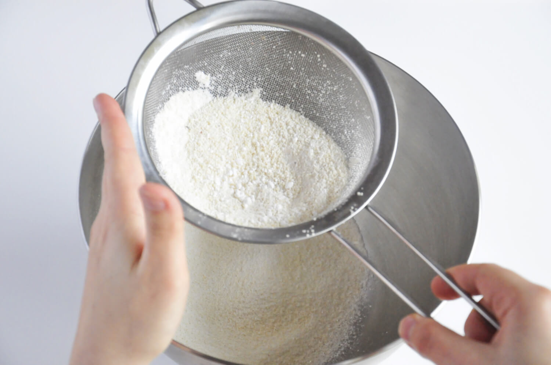 przygotowanie biszkoptu joconde - przesiewanie mąki