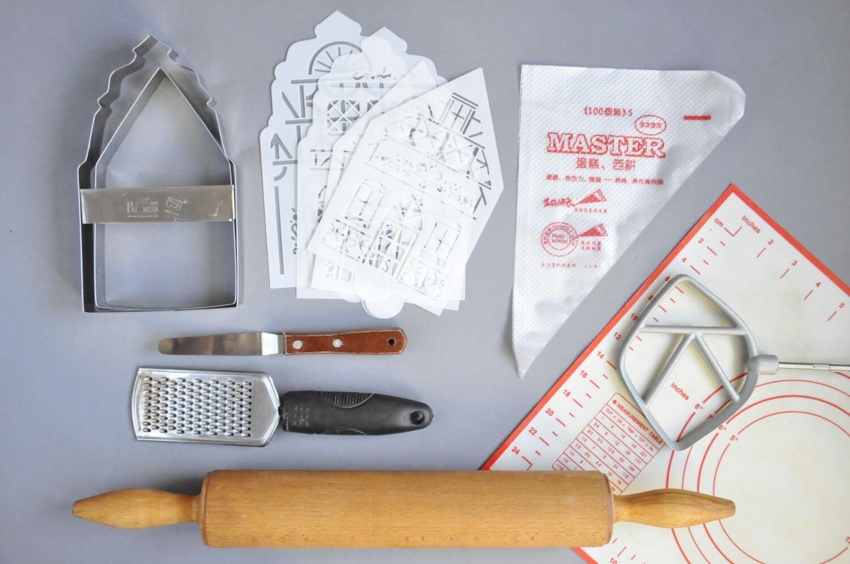 kamieniczki z piernika - potrzebne narzędzia: wykrawacze, szablony, rękaw cukierniczy, mata silikonowa, wałek do ciasta, szpatułka cukiernicza, tarka, wałek do ciasta