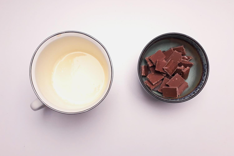 przygotowanie musu piernikowego do monoporcji, łączenie śmietany z czekoladą