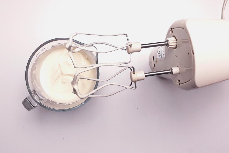 przygotowanie musu piernikowego do monoporcji, ubijanie śmietany, mikser