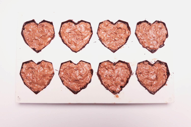 Świąteczne desery renifery piernikowe - monoporcje bożonarodzeniowe, wypełnianie musem piernikowym foremek w kształcie diamentowych serc