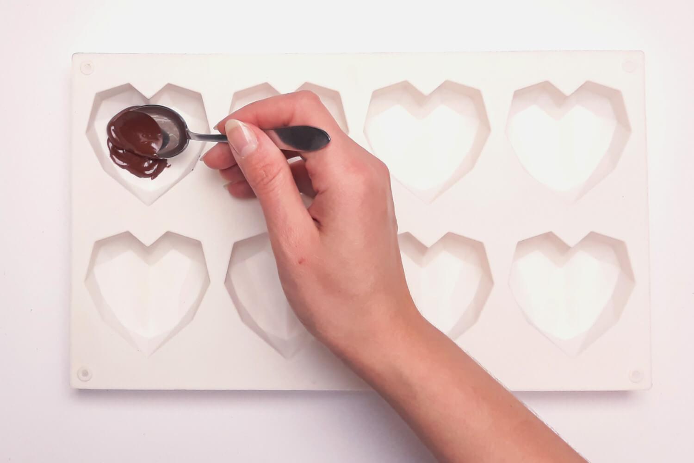 Świąteczne desery renifery piernikowe - monoporcje bożonarodzeniowe, wypełnianie foremek silikonowoych temperowaną czekoladą, czekolada, formasilikonowa w kształcie diamentowych serc,