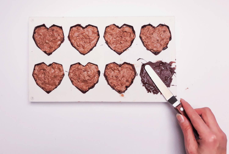 Świąteczne desery renifery piernikowe - monoporcje bożonarodzeniowe, zamykanie monoporcji w deserowej czekoladzie