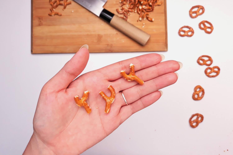 Świąteczne desery renifery piernikowe - monoporcje bożonarodzeniowe, wycinanie rogów reniferów z precelków