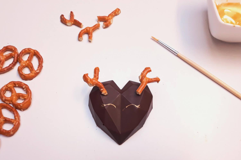 Świąteczne desery renifery piernikowe - monoporcje bożonarodzeniowe, malowanie oczu renifera barwnikiem jadalnym