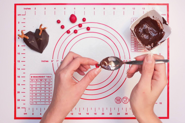 Świąteczne desery renifery piernikowe - monoporcje bożonarodzeniowe, przyklejania nosa renifera z czekolady plastycznej
