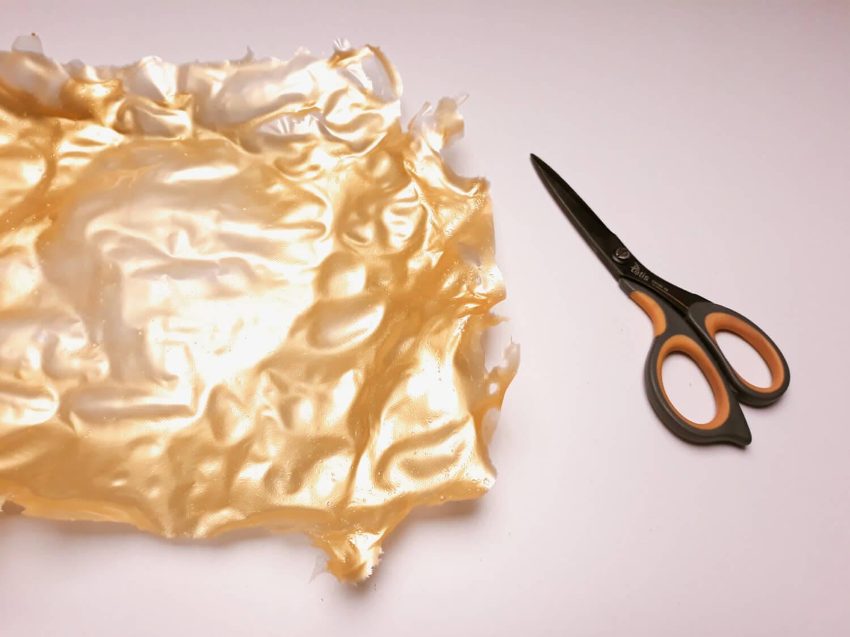 Jadalny brokat z żelatyny na tort. rozproawdzanie metalicznej żelatyny na macie silikonowej, cięcie nożyczkami gotowego brokatu