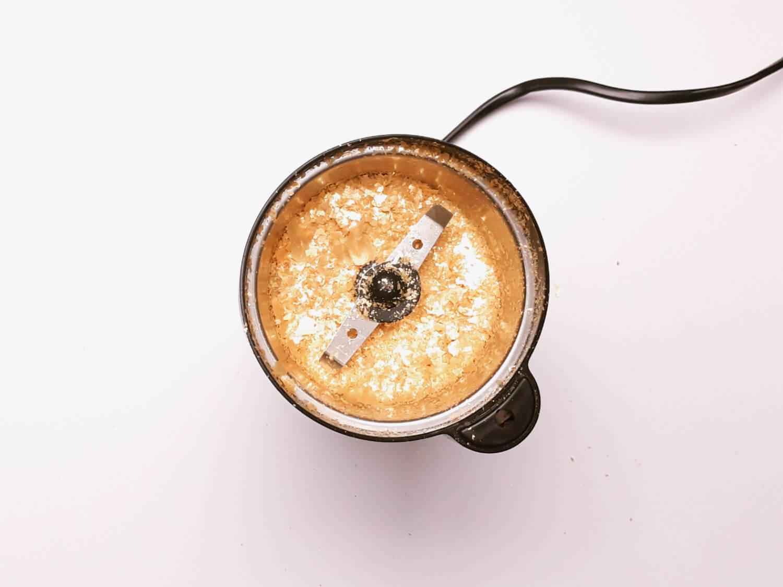 Jadalny brokat z żelatyny na tort. rozproawdzanie metalicznej żelatyny na macie silikonowej, mielenie brokatu młynkiem do kawy