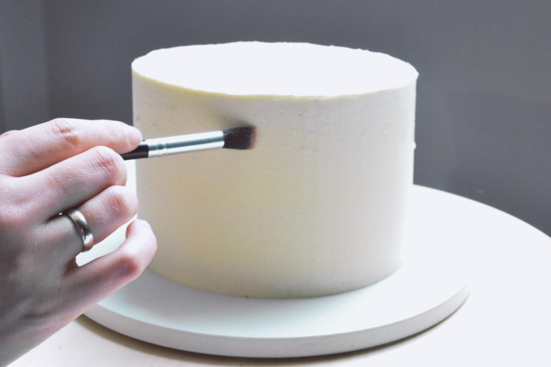 przyklejanie brokatu do tortu, smarowanie wodą lub klejem cukrowym