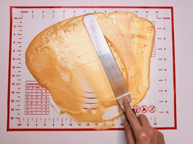 Jadalny brokat z żelatyny na tort. rozproawdzanie metalicznej żelatyny na macie silikonowej, mata silikonowa, szpatuła cukiernicza